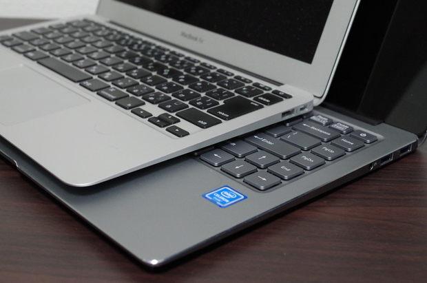 MacBook Air vs Chuwi Lapbook Air 斜め下より